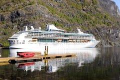 Туристическое судно и маленькая лодка на пристани, Норвегия Стоковые Изображения