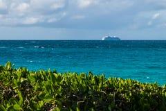 Туристическое судно над горизонтом Стоковые Изображения