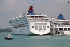 Туристическое судно на порте в Сингапуре Стоковые Изображения RF