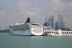 Туристическое судно на порте в Сингапуре Стоковые Изображения