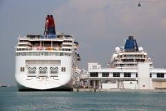 Туристическое судно на порте в Сингапуре Стоковое Изображение
