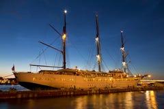 Туристическое судно о английском обваловке в Санкт-Петербурге во время белых ночей стоковые фото