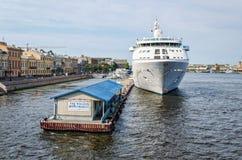 Туристическое судно причаленное на английском обваловке Стоковое фото RF