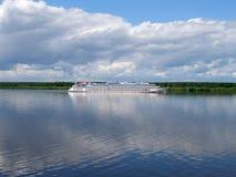 Туристическое судно плавает на реке Волге, зоне Yaroslavl, России Стоковая Фотография RF