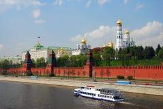 Туристическое судно плавает на реке Москвы вдоль Москвы Кремля Стоковые Изображения