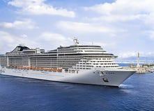 Туристическое судно плавая для того чтобы перенести Стоковая Фотография RF
