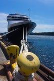 Туристическое судно связало к пристани ждать для того чтобы высаживаться пассажиры Стоковые Фото