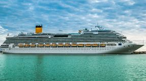 Туристическое судно состыкованное на красивый день Стоковое Фото