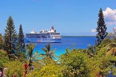 Туристическое судно состыковало на Lifou, Новой Каледонии, Южной части Тихого океана Стоковое фото RF