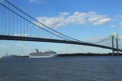 Туристическое судно славы масленицы покидая Нью-Йорк Стоковое Фото