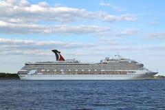 Туристическое судно славы масленицы покидая Нью-Йорк Стоковое Изображение RF