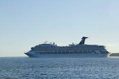 Туристическое судно славы масленицы покидая Нью-Йорк Стоковые Изображения RF