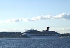 Туристическое судно славы масленицы покидая Нью-Йорк Стоковые Фотографии RF