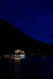 Туристическое судно с Juneau, Аляски на ноче Стоковая Фотография