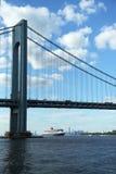 Туристическое судно ферзя Mary 2 в гавани Нью-Йорка под мостом Verrazano Стоковые Фото