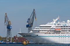 Туристическое судно Amadea плавает на Noordzeekanaal Стоковое Изображение RF