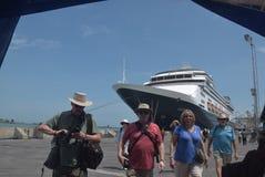 475 туристов получили с начала Volendam туристического судна голландского полагаясь на порте Emas Tanjung в Semarang Стоковое Изображение RF