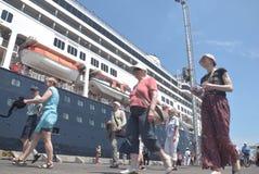475 туристов получили с начала Volendam туристического судна голландского полагаясь на порте Emas Tanjung в Semarang Стоковые Изображения RF