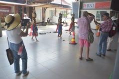 475 туристов получили с начала Volendam туристического судна голландского полагаясь на порте Emas Tanjung в Semarang Стоковое фото RF