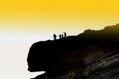 Туристская группа на верхней части скалы Деятельности при перемещения: пеший туризм Стоковое Фото
