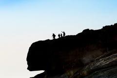 Туристская группа на верхней части скалы, фотографировать и enjoyin Стоковое Изображение