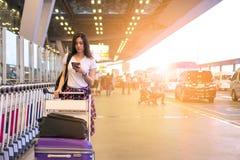 Туристская девушка ждать шину на авиапорте Она стояла и p стоковая фотография rf
