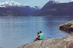 Туристская девушка на Hardangerfjorden стоковые фото