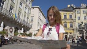 Туристская девушка узнавая ее положение видеоматериал
