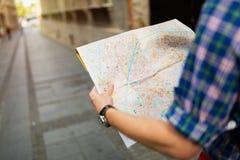 Туристская держа карта и sightseeing в городе стоковое изображение rf