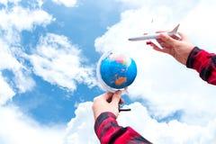 Туристская держа муха путешественника перемещения полета самолета путешествуя воздух на вокруг мире, красивая предпосылка подданс Стоковая Фотография
