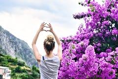 Туристская девушка в итальянке riviera terre Cinque городка Riomaggiore Море и горный вид Cinqueterre Лигурия стоковое фото rf