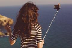 Туристская девушка делая фото selfie с ручкой на горах путешествует Стоковое фото RF