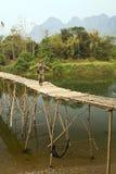 Туристская девушка идя на бамбуковый мост, vieng vang, Лаос Стоковое Изображение