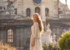 Туристская девушка идя через город, Европа Стоковые Изображения RF