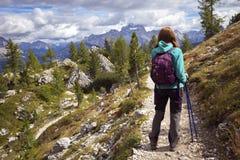 Туристская девушка на доломитах Стоковые Изображения
