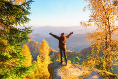 Туристская девушка остается на краю серого камня Стоковые Изображения