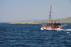 Туристская деревянная шлюпка в Эгейском море Стоковое Изображение