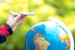 Туристская держа муха путешественника перемещения полета самолета путешествуя воздух подданства на вокруг мире Стоковые Фото