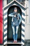 Туристская женщина имитирует солдата на предохранителе Стоковые Фото