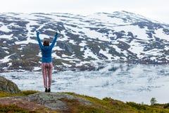 Туристская женщина наслаждаясь ландшафтом горы в Норвегии Стоковая Фотография
