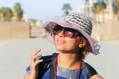 Туристская женщина на виске - Египте стоковые изображения