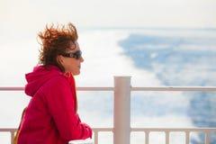 Туристская женщина на предпосылке seascape вкладыша Стоковая Фотография