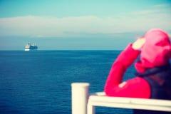 Туристская женщина на предпосылке seascape вкладыша Стоковое Фото