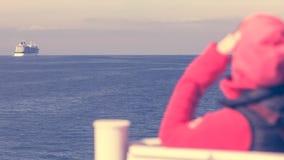 Туристская женщина на предпосылке seascape вкладыша Стоковая Фотография RF