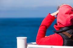 Туристская женщина на предпосылке seascape вкладыша Стоковое фото RF