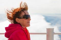 Туристская женщина на предпосылке seascape вкладыша Стоковые Изображения