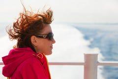 Туристская женщина на предпосылке seascape вкладыша Стоковые Фотографии RF