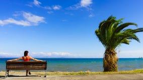 Туристская женщина на стенде наслаждаясь видом на море Стоковое Изображение RF
