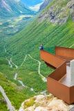 Туристская женщина на точке зрения Trollstigen в Норвегии Стоковое Изображение
