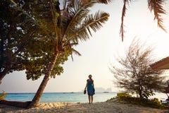 Туристская женщина на тропическом пляже Стоковое фото RF